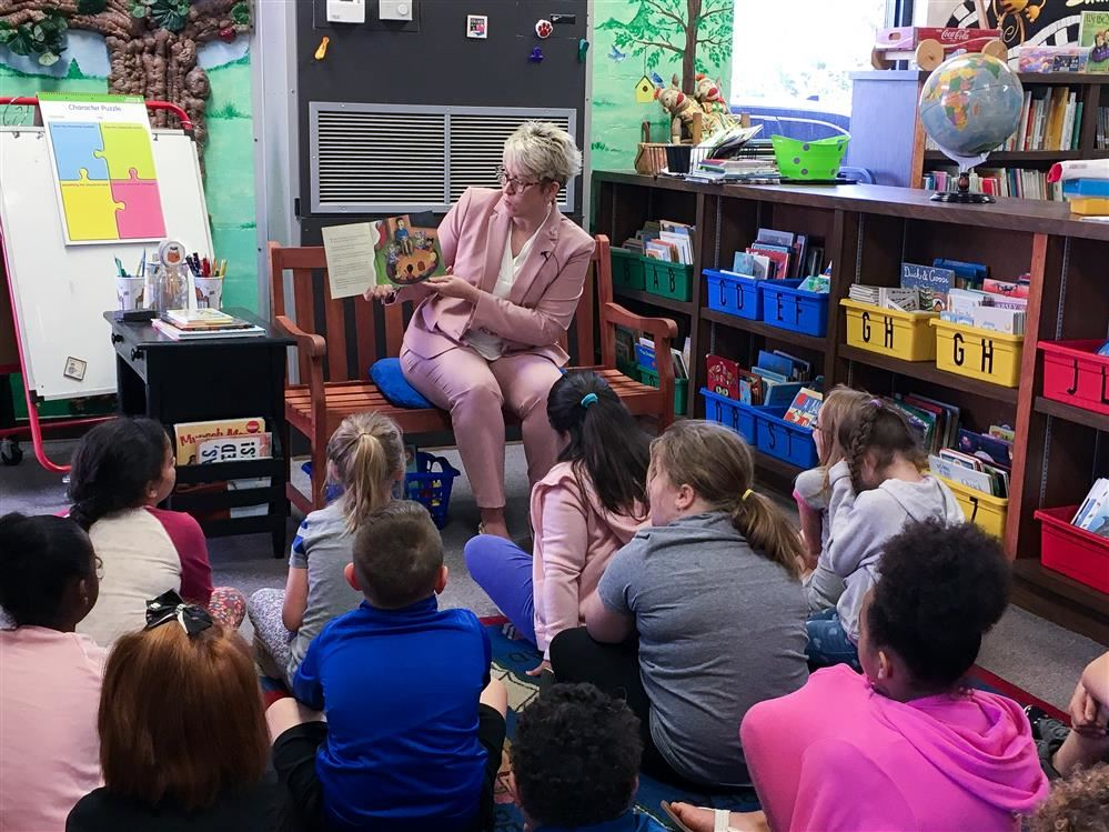Laura Monks reading to kids