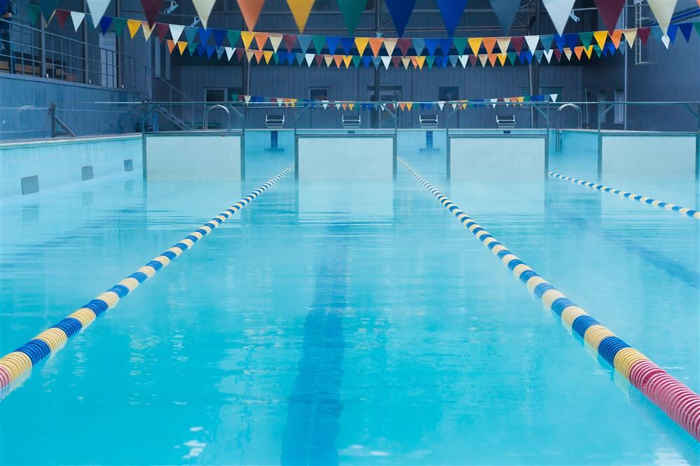 picture of empty pool with lanes